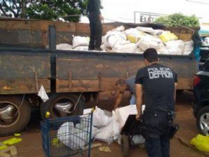 Policiais descarregam fardos de maconha apreendidos hoje na MS-164.