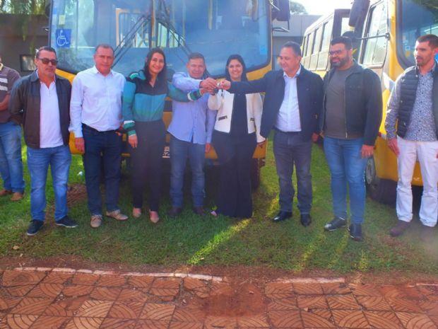 Vereadores participaram de entrega de 2 ônibus para o transporte escolar em Aral Moreira