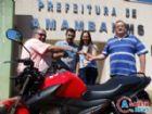 O prefeito, Dr. Bandeira e o vice, Valter Brito, durante a entrega da motocicleta à contribuinte ganhadora, Keila Drebes.