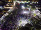 Praça do Encontro ficou completamente tomada por moradores e turistas que estiveram na cidade para acompanhar a chegada do Ano Novo.