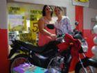 Ganhadora da moto Luzia Soares e a gerente do supermercado Angélica Costa