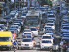 Grande fluxo de veículos em avenida de Campo Grande.