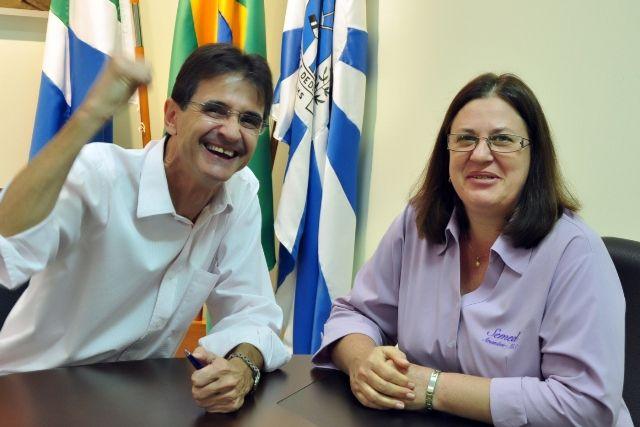 Prefeito Dirceu Lanzarini e a secretária de educação Zita Centenaro. Amambai é destaque nacional em educação na revista VEJA.