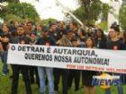 Pelo menso 200 servidores protestam em frente ao Detran.
