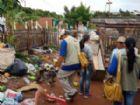 Trabalho conjunto de brasileiros e paraguaios facilitam repasse de informações aos moradores da fronteira que falam línguas diferentes.