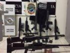 Armas, drogas e munições estavam em um fundo falso de um caminhão.